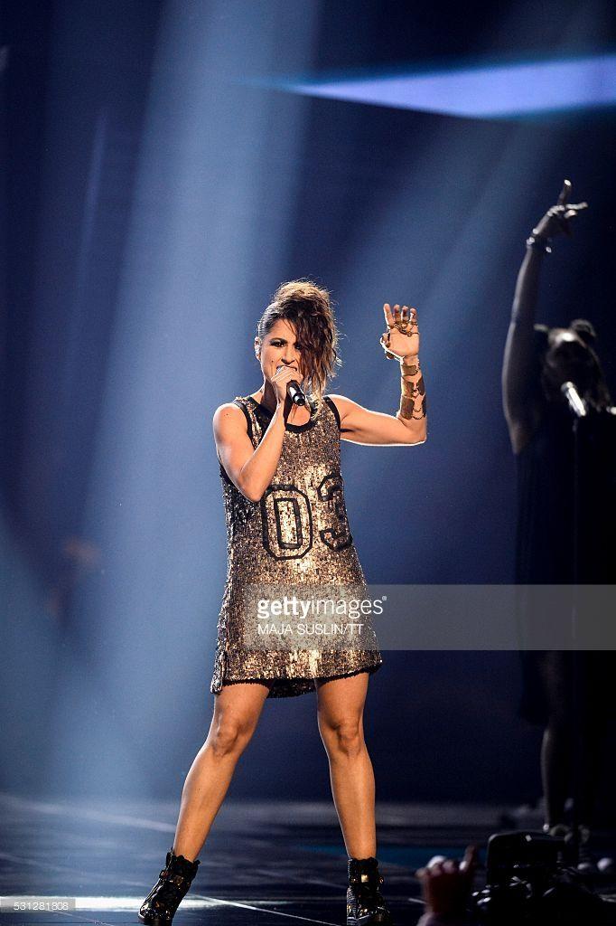 """Barei (representante de España en Eurovision 2016) con vestido inspirado en uno de Rihanna por el diseñador Raúl Amor con """"joyita"""" de Joyería Sierpe y Becerril, piezas únicas, en latón patinado, hechas a mano, a medida, diseñadas para Barei."""