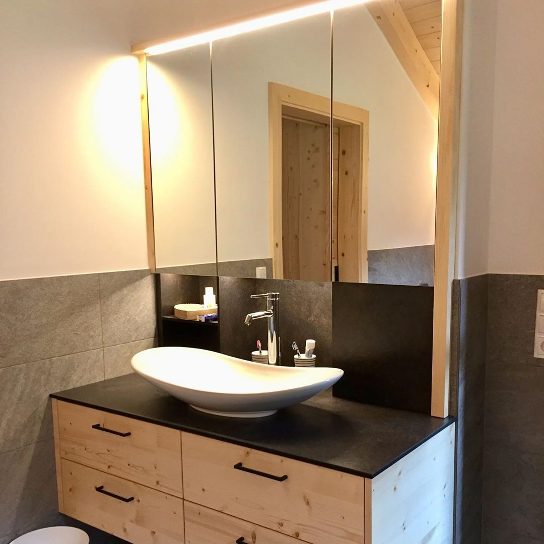 Badezimmerschrank mit Spiegelschrank und beleuchteter