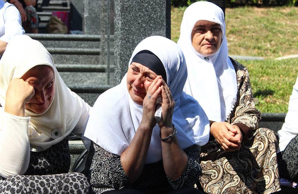 Srebrenitsa Soykırımı'nın 21. Yılı Srebrenitsa'daki soykırımda hayatını kaybeden kurbanlardan kimlik tespiti yapılan 127 kişinin cenazelerini taşıyan tır, Visoko'dan törenlerin yapılacağı Potoçari'ye doğru yola çıktı. Potoçari Anıt Mezarlığı'nda 11 Temmuz'da düzenlenecek anma törenlerinde defnedilecek 127 soykırım kurbanının cenazesini taşıyan konvoy, soykırımda yakınlarını kaybedenler tarafından gözyaşları ve çiçekler eşliğinde uğurlandı.
