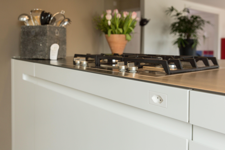 Küche mit leuchtender Inselhaube | Steckdosen & Licht | Pinterest ...