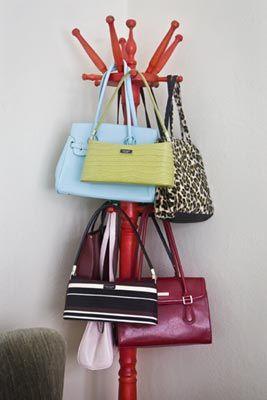 En el perchero de pie las carteras se almacenan de menor a for Percheros para colgar bolsas