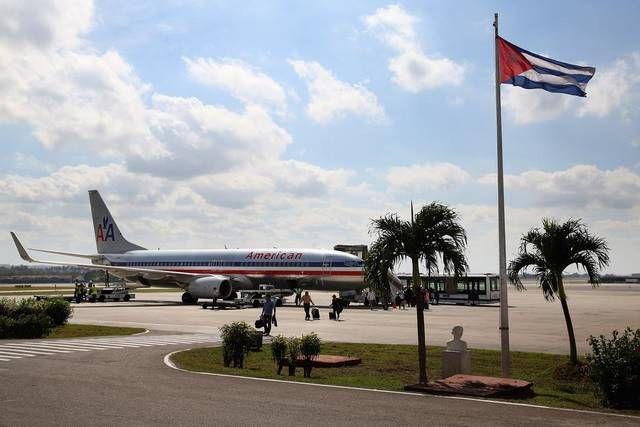 Pasajeros desembarcan de un vuelo charter de America Airlines en el Aeropuerto Internacional José Martí, en La Habana, Cuba, el 19 de enero de 2015.