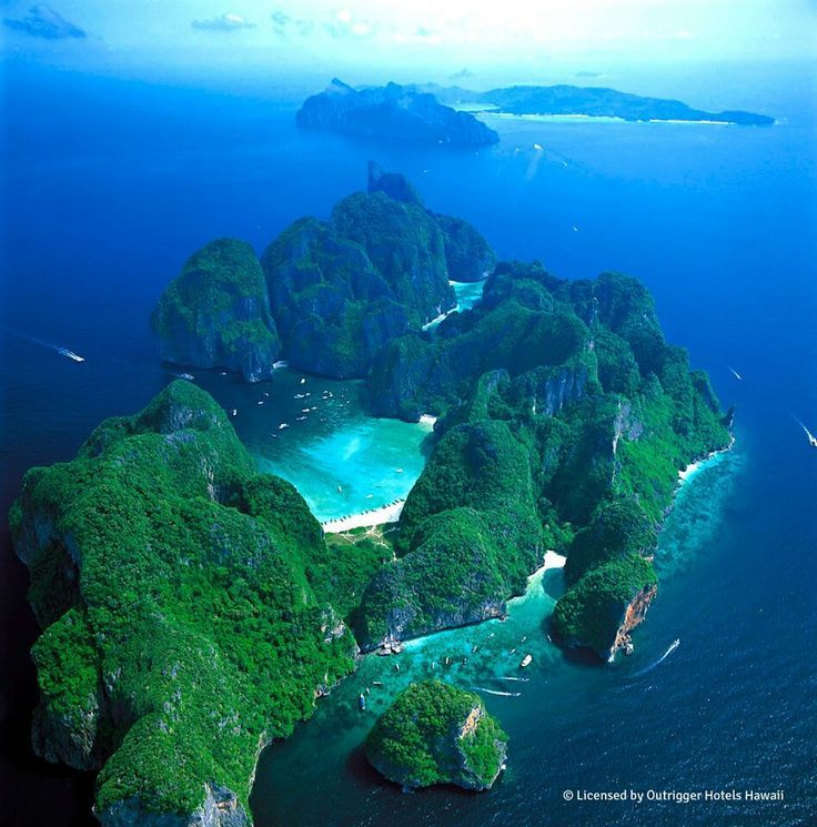 """Bahía Maya Bay. Ubicada en la isla phi phi en Thailandia. Famosa porque allí se grabó """"the beach"""". Las actividades frecuentes son snorkeling, sky diving y camping. Millones de turistas van y el ingreso es por ferry. Thailandia se encuentra en el continente asiático, en una península. (scheduled via http://www.tailwindapp.com?utm_source=pinterest&utm_medium=twpin&utm_content=post96037843&utm_campaign=scheduler_attribution)"""