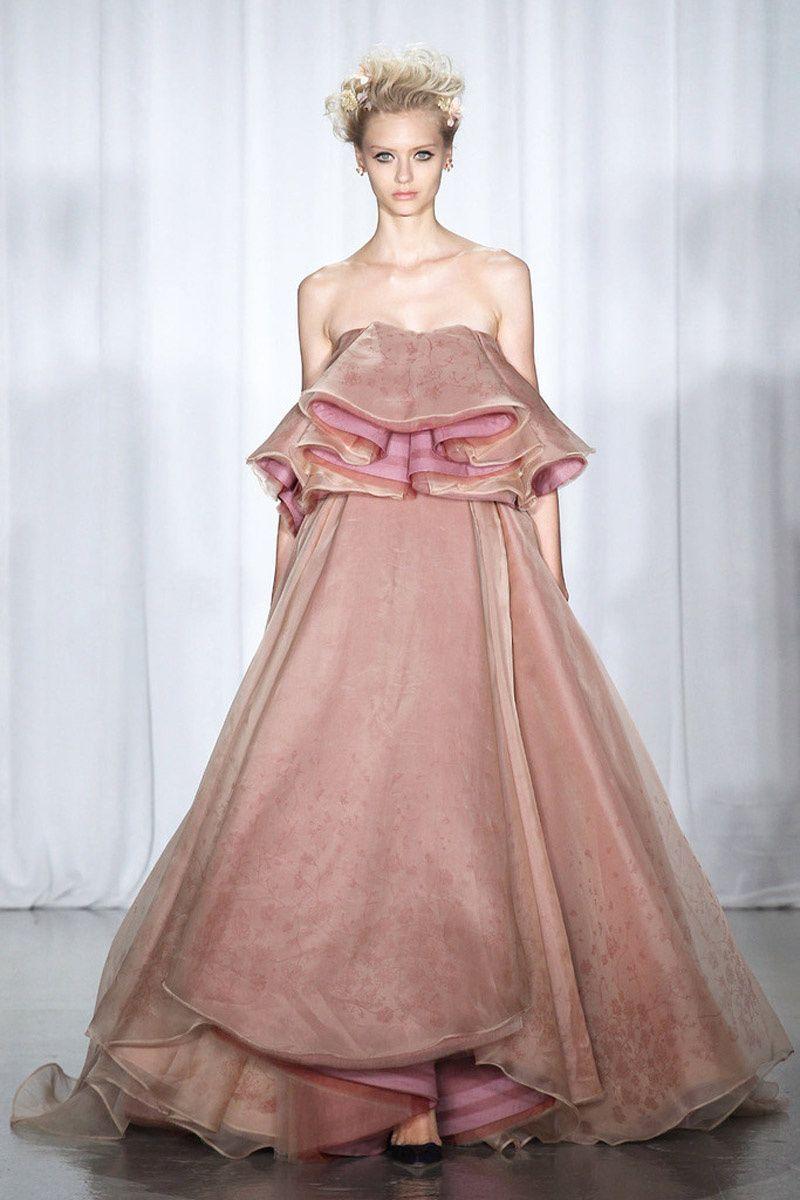 Vestido rosa con maxivolante en el escote, de Zac Posen. | MODA ...