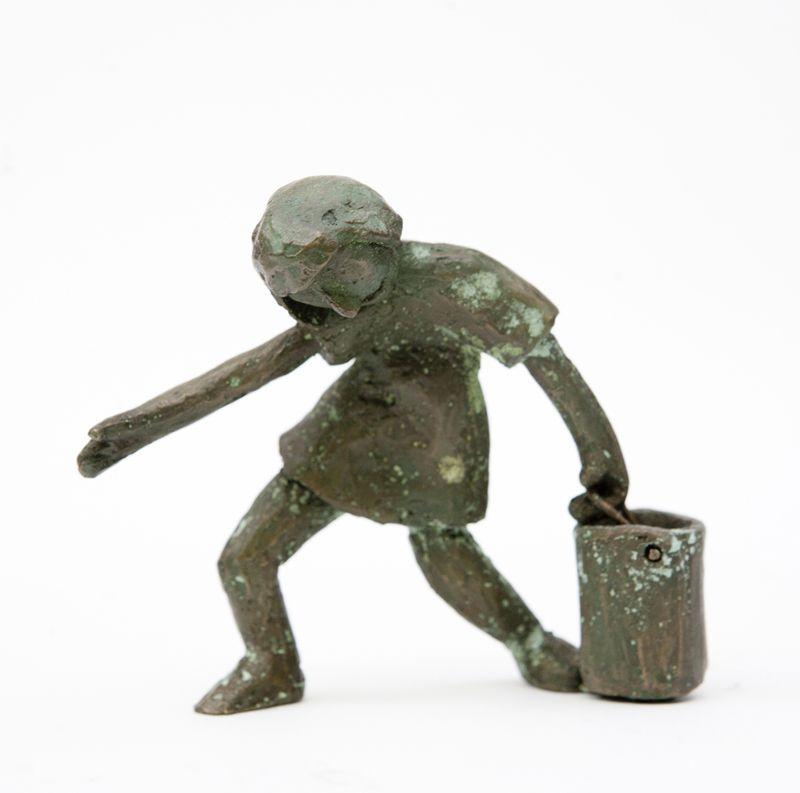 Escultura de Ana Valenciano disponible en la galería online de FLECHA, precio 150€.  Mas info:  http://www.flecha.es/Comprar-obras-de-Ana-Valenciano/Escultura-La-niña-y-el-cubo/680/