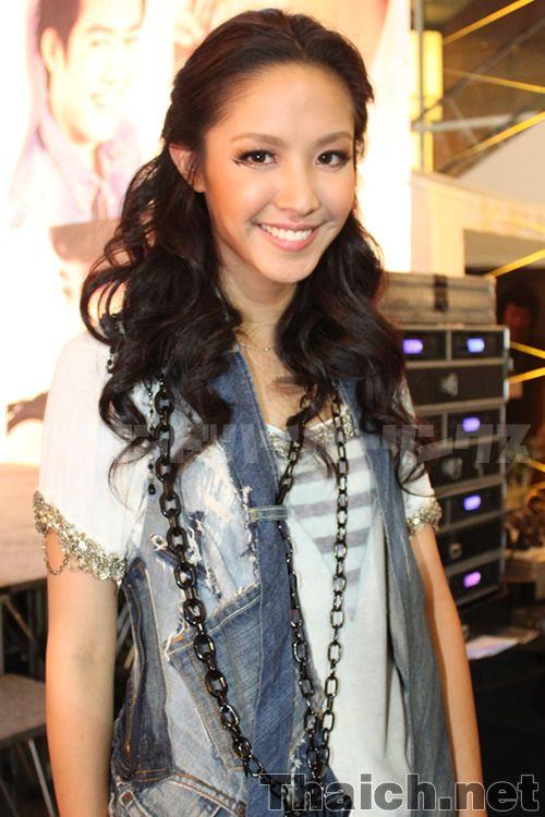 ナムチャー=チーラナット ユーサーノン  (Namcha-Sheranut Yusanondaน้ำชา-ชีรณัฐ ยูสานนท์)  GMMグラミー所属の歌手で女優としても活躍のナムチャーです。  2009年「รักแท้...ยังไง(Ruk Tae...Young Ngai)」でデビュー。  1988年11月27日バンコク生まれ。   165cm 46kg