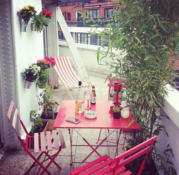 petite terrasse paris adoptez des meubles de couleur pour une ambiance chaleureuse et girly. Black Bedroom Furniture Sets. Home Design Ideas