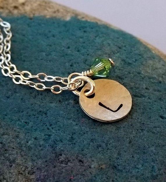 Collar de plata esterlina infantil encanto inicial por SeaSaltShop, $18.00