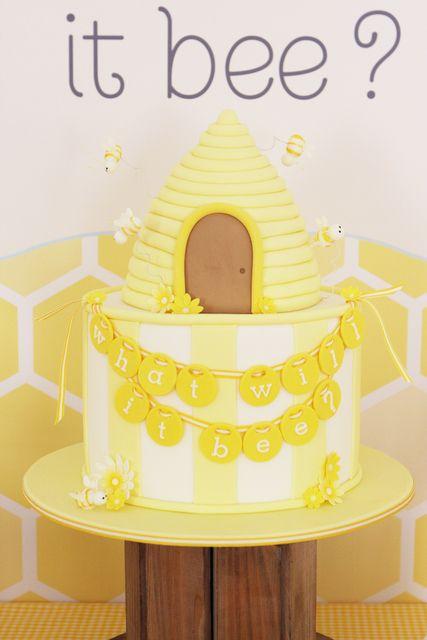 Fantastic bee hivegender reveal party/ babyshower cake! #cake #babyshower #bumblebee #genderreveal