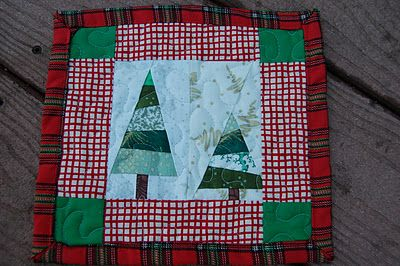 come tarry with me: Mug rugs and Christmas Yankee swap quilt