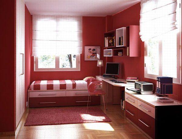 chambre rouge avec des tapis rouge et là, un ordinateur de bureau ...
