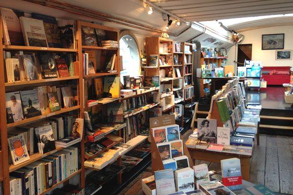 Une librairie sur une péniche
