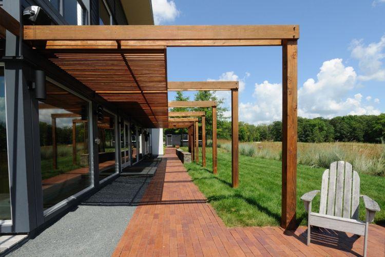 Holzpergola über Terrasse und Rasen Pergola bauen