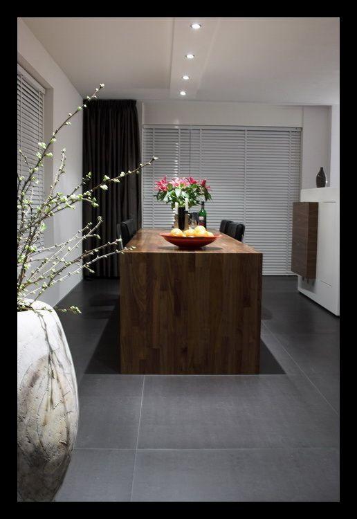 tegelvloer-vloerverwarming-notenhout-woonkamer-open-tegels-grijs ...