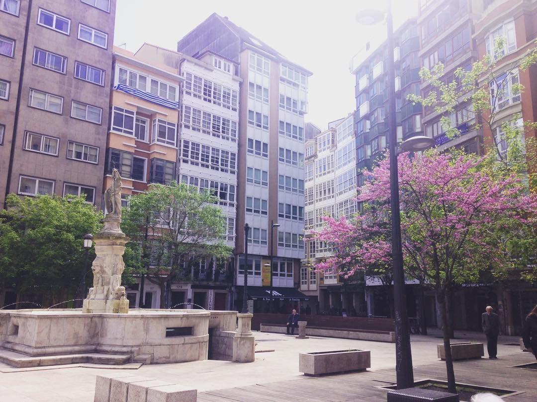 Neptuno apareció en esta plaza en 1794. Y aquí sigue. Solo en 1820 sufrió un pequeño percance pues alguien le arrancó el brazo izquierdo y la estatua tuvo que ser restaurada by visitcoruna