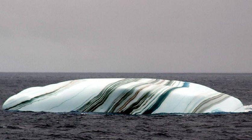 Quand il se détache de la banquise, une couche d'eau de mer peut geler sous la surface, si cette eau contient des particules d'algues, la rayure sera verte