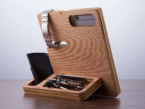 The wood docking station doubles as a desk organizer for Organiser un stand