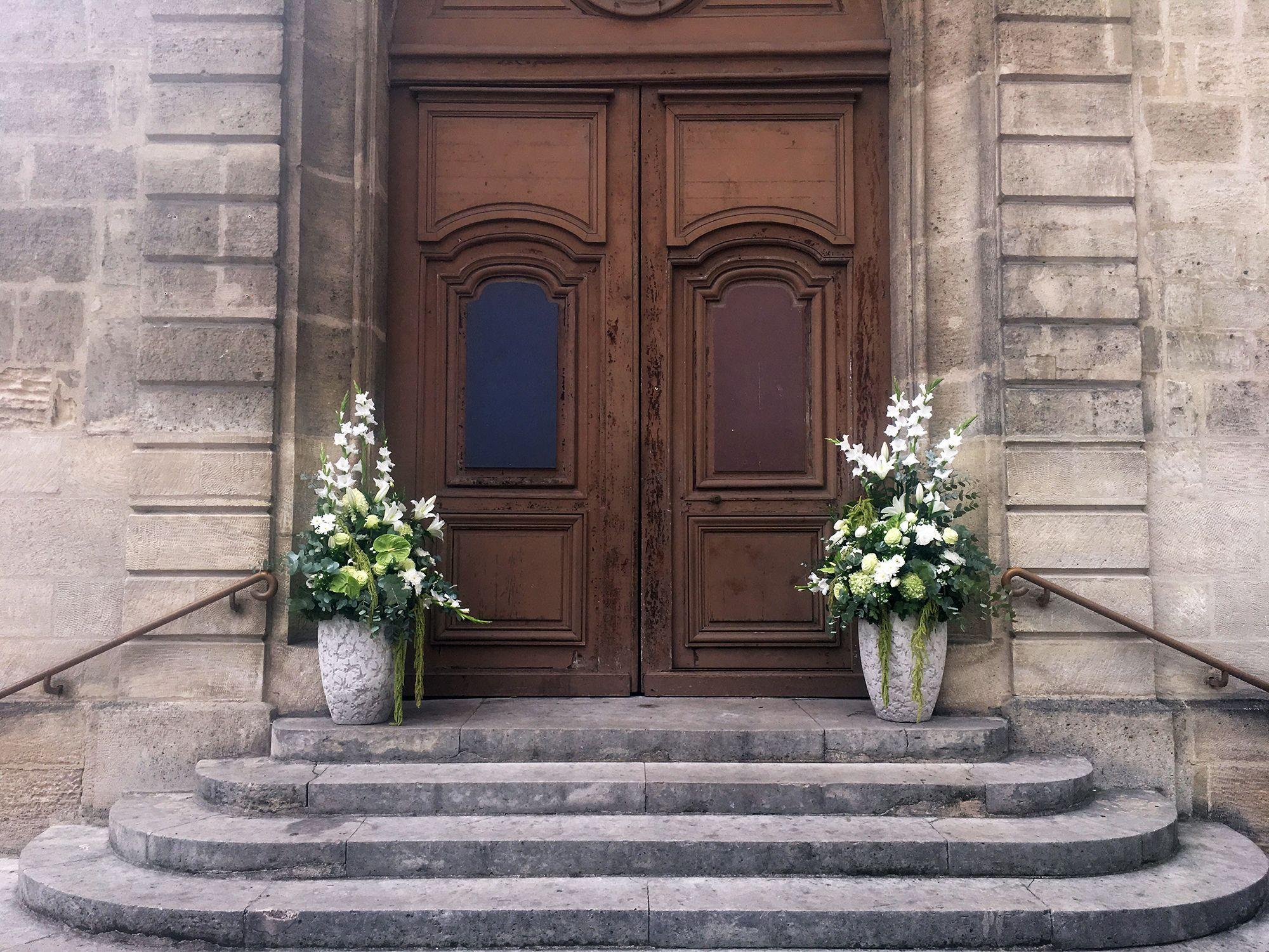 Décoration florale d'entrée d'église pour un mariage