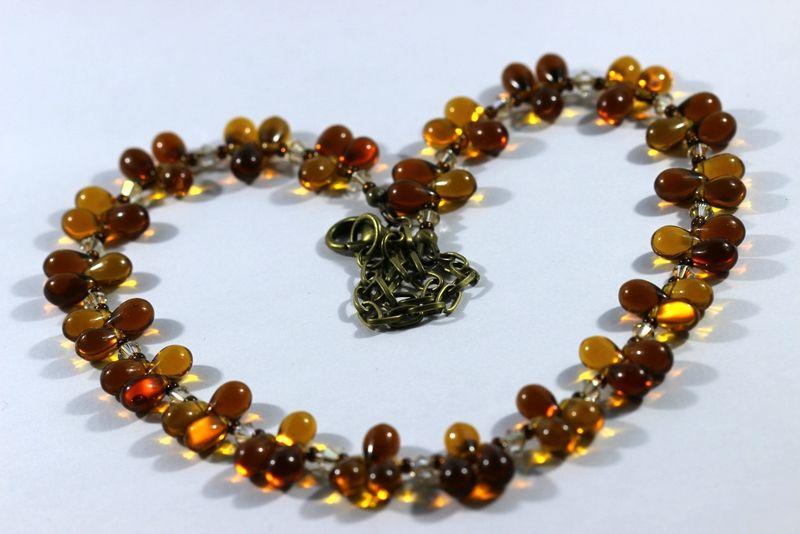 Collier chaîne bronze, gouttes en verre topaze clair et foncé, toupies cristal Swarovski et rocailles tchèques