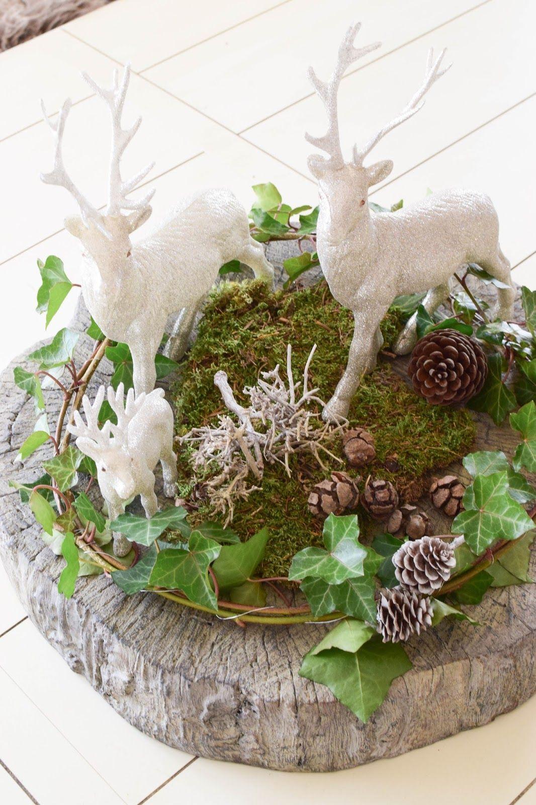 Verträumtes Tisch-Arrangement mit Efeu, Moos und ganz viel Winter #adventskranzaufbaumscheibe