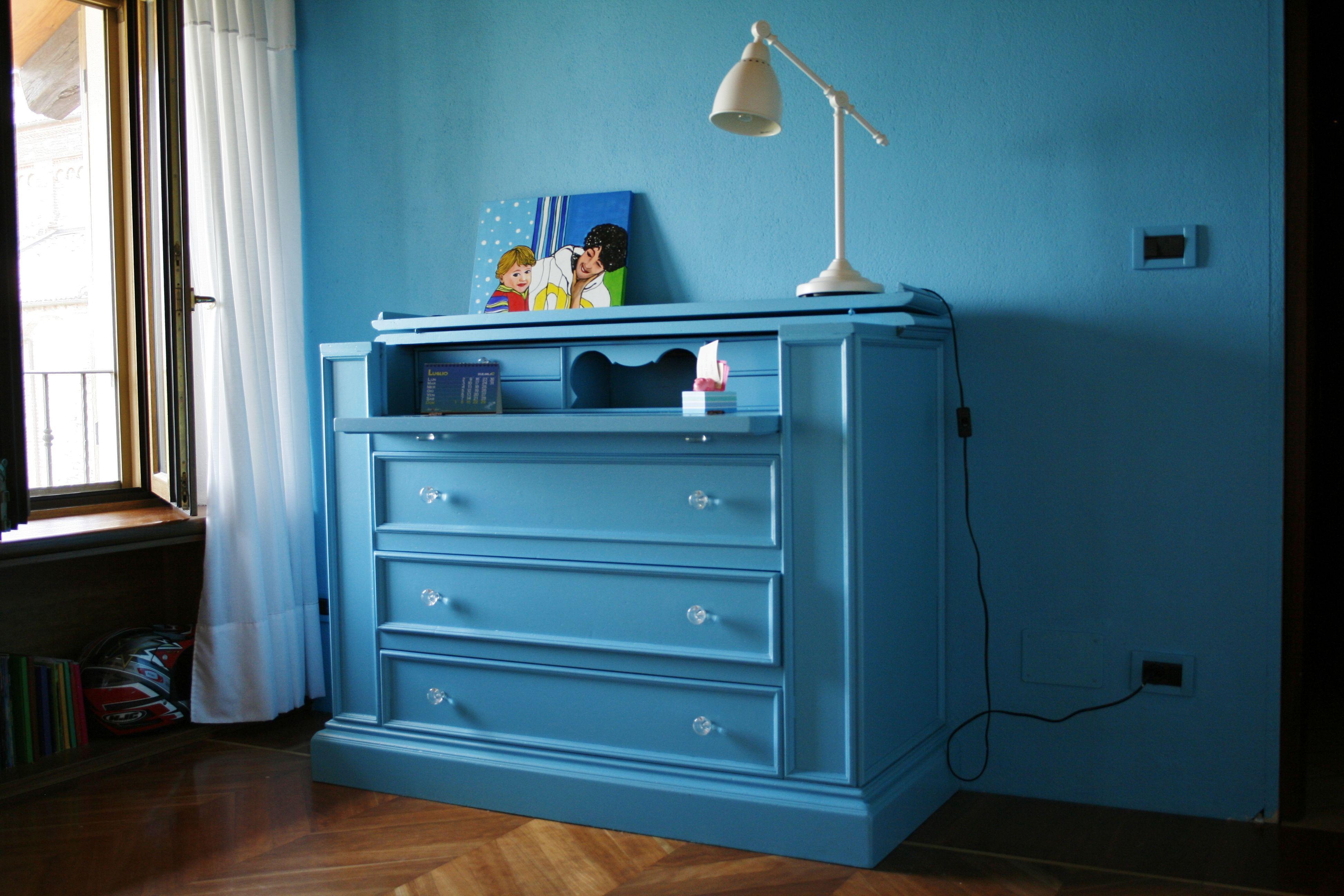 credenza antica laccata azzurro con pomelli in resina trasparente