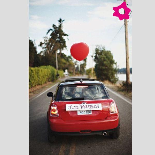 """Placas """"Just Married"""" para o transporte dos noivos. #casamento #mini #balão #noivos"""