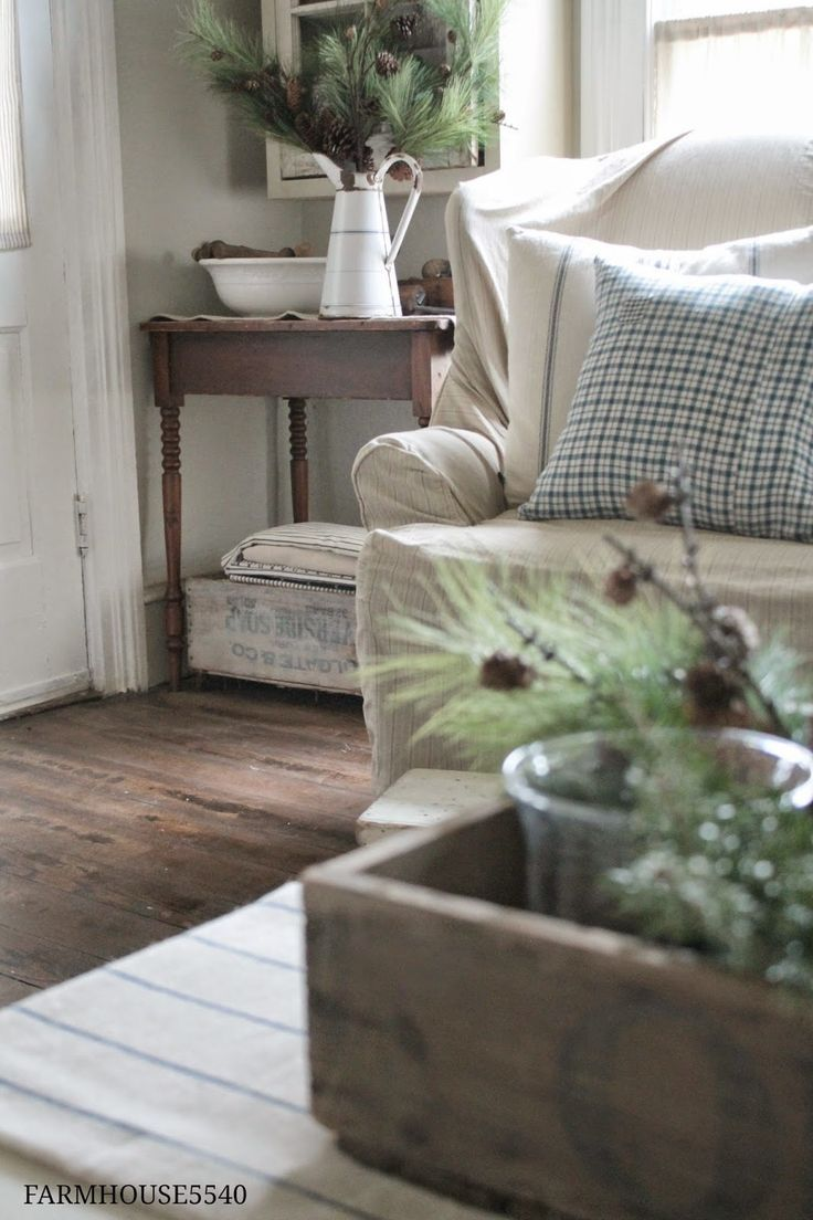 Farmhouse Chic Living Room Decor: Rustic Farmhouse Style. Slipcovered
