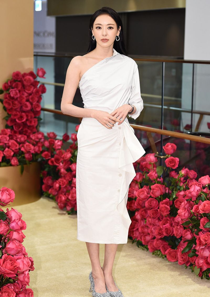 Lee Da-hee Stuns In All White During Lancome Event