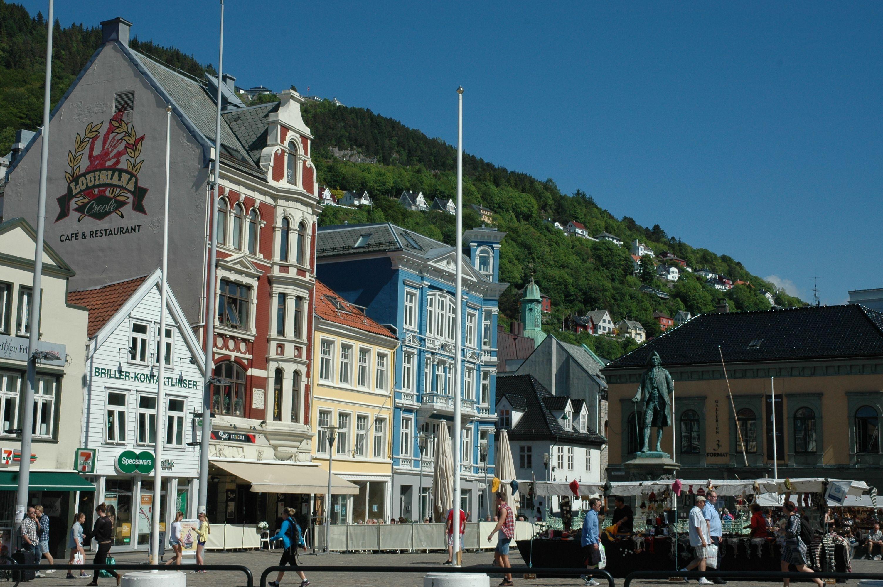 Beautiful buildings in a sunny Bergen. Photo: Marius Fiksdal / www.bestnorwegian.com
