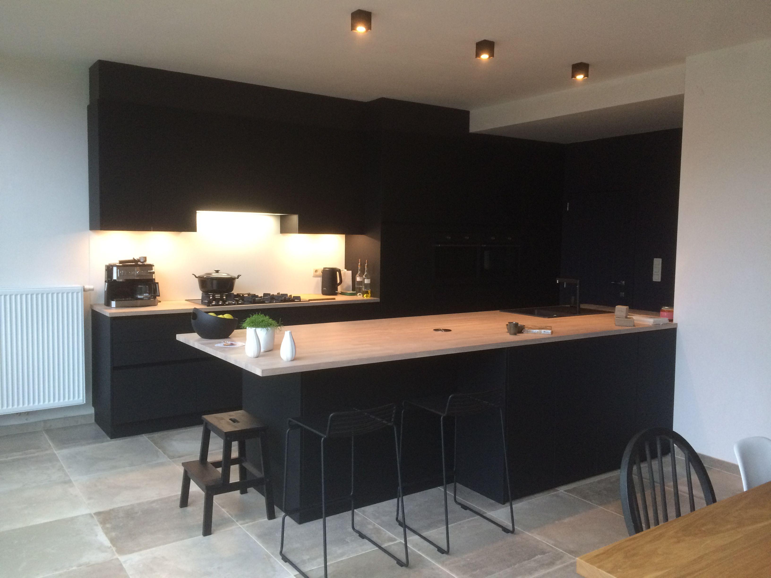 Moderne Zwarte Keuken Met Massief Houten Werkblad Op Maat Gemaakt Door Ferzo Keukens Keuken Op Maat Houten Werkbladen