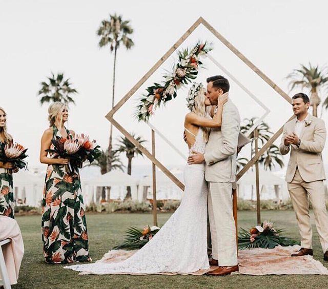 Altarpiece Wedding: Couple, Altar + Bridesmaid Goals #mumuweddings