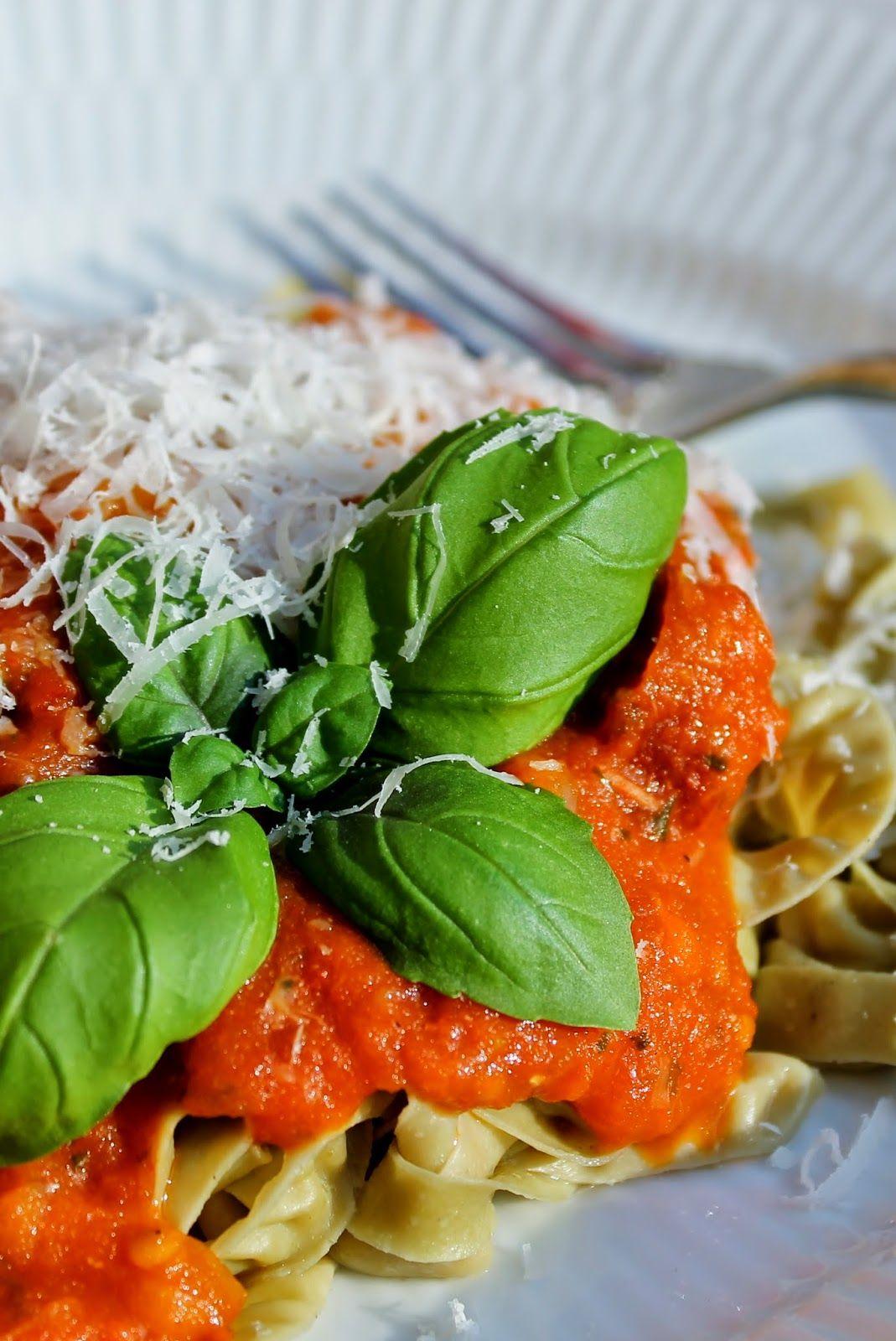 Charlottes Køkken: Tomatsauce med basilikum og chorizo