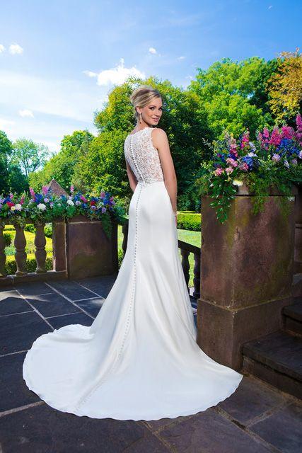 Mooie subtiele jurk met als prachtige details een kanten rug en doorlopende knoopjes.