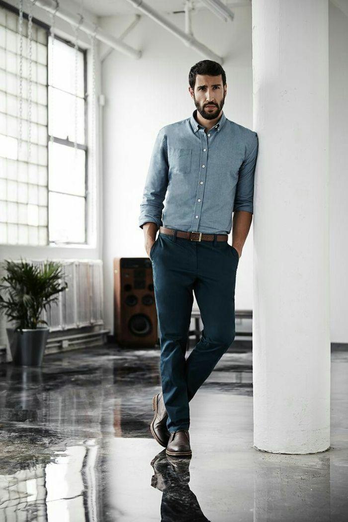 a8c2c81b1027 abbigliamento-maschile-outfit-casual -pantalone-dritto-elegante-camicia-blu-scarpe-pelle