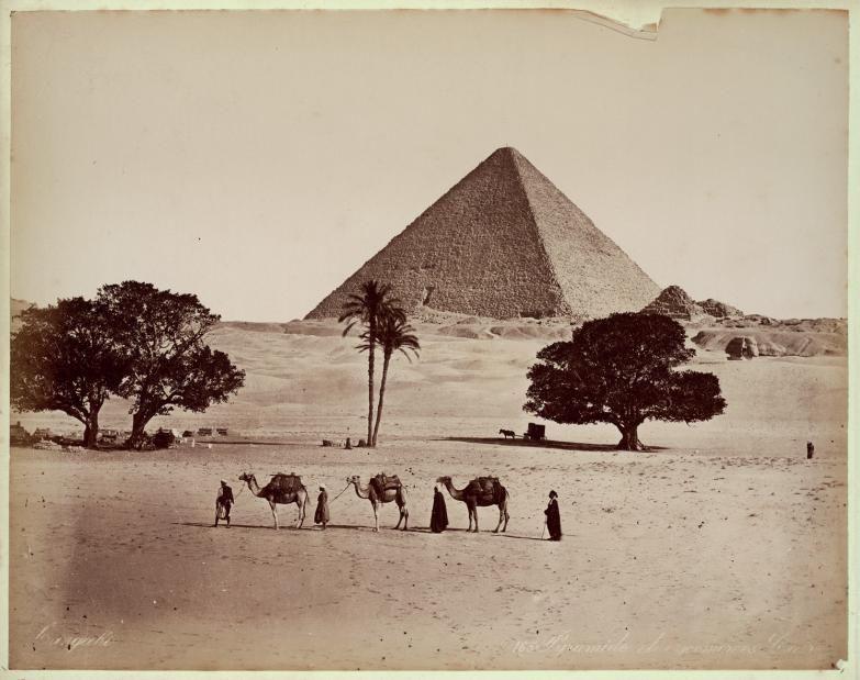Pirámide, camellos y carromato del fotógrafo, Egipto, c. 1870.  George y Constantine Zangaki.    © Colección Clark & Joan Worswick
