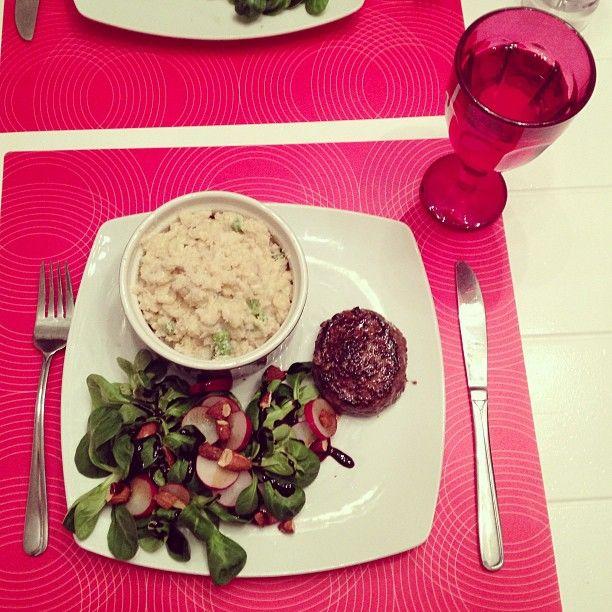 Risotto, rundertartaar met een salade van veldsla, radijs, rookamandelen & balsamico