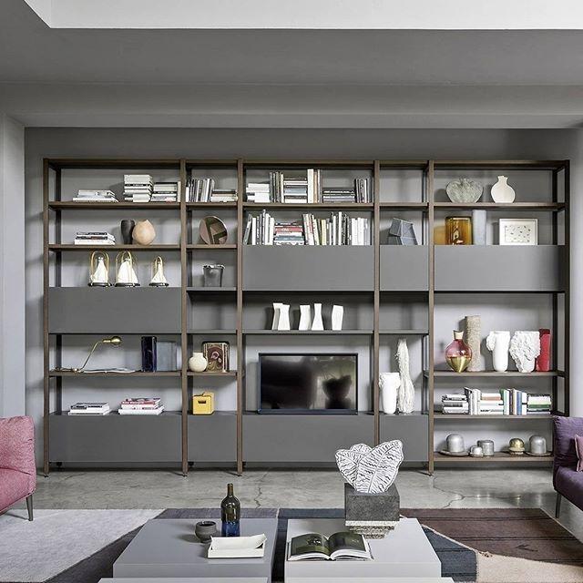 Das moderne Standregal Pontile aus Metall kann in breite und höhe - wohnzimmer italienisches design