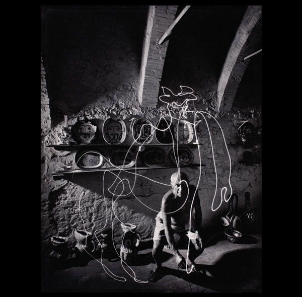 Gjon Mili 1904 1984 Pablo Picasso Dibujando El Centauro De Luz Con Un Lapiz De Luz En El Taller De Ceramica De Dibujos Picasso Pinturas De Picasso Fisiograma