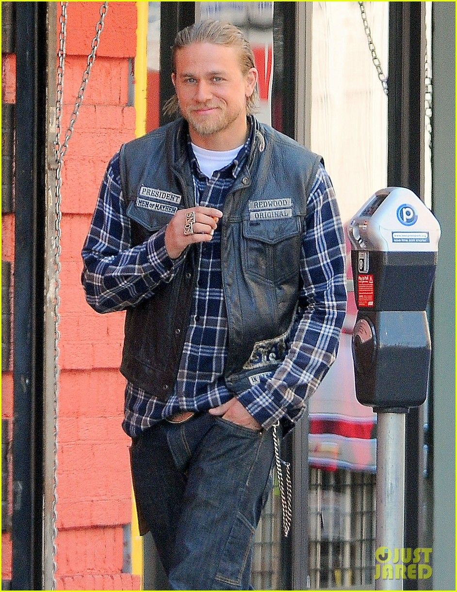 Charlie Hunnam On Set 08 06 14 Charlie Hunnam Charlie Sons Of Anarchy
