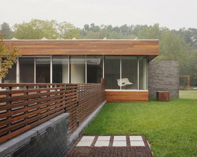 Stein Holz Sichtschutz verglaste Fassade Rasen Pflastersteine ...