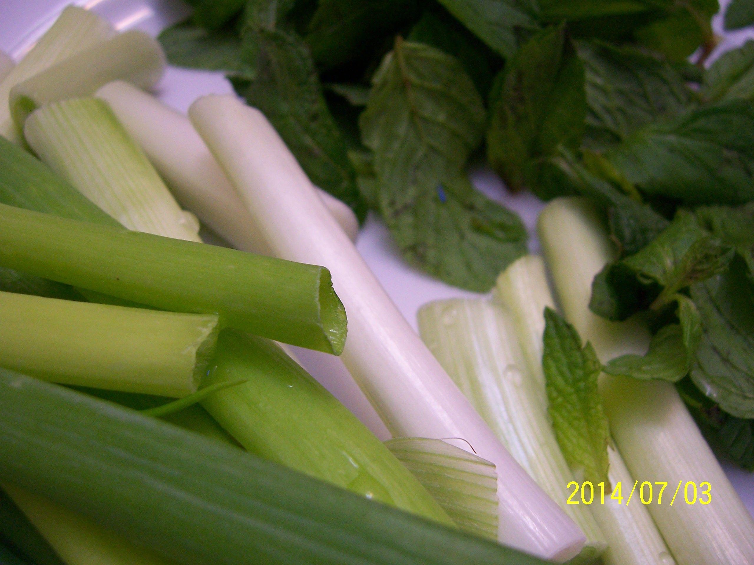 نعنع و بصل أخضر أو يابس و البندورة التفاحية تأكل مع الفاصولية بالزيت يا سلام ما أطيبها Vegetables Celery Food
