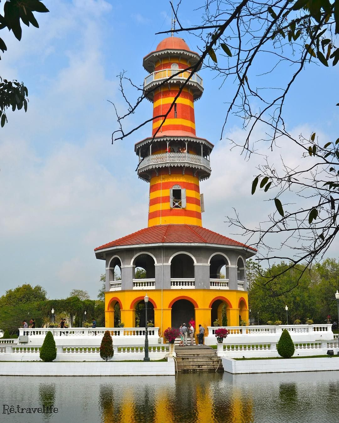 Bang Pa in Bagkok. Palácio Real de verão. Ho Withun Thasana - Uma torre em estilo de farol para observar o entorno do palácio.  #tailandia #viagemeturismo #colors_of_day #nikon_dslr_users  #destinosimperdiveis #besttrip #loucosporviagem #trippics #bestvacations #beautifuldestinations #respirofotografia #retrip  #meusdestinos #instatravel #lovetrip #tonatrip #fantrip #respirofotografia #missaovt #vamospraonde #melhoresdestinos #wonderful_places #beautifuldestinations #aquelasuaviagem…