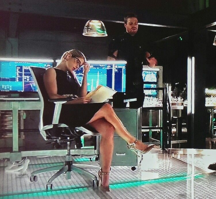 A Rickards Blue Legs Sexy And Crossed Emily Bett Little Dress In QrCshxdt