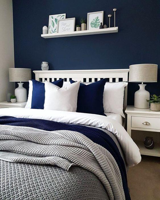 Une Chambre Confortable Faite En Bleu Marine Blanc Et Gris Est