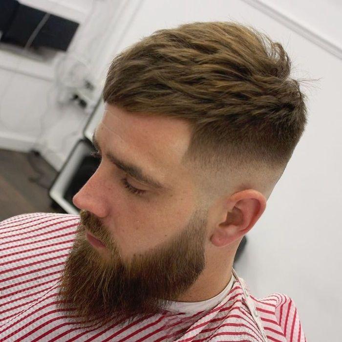 acconciatura capelli uomo, un taglio sfumato con il ciuffo pettinato in  avanti, barba e