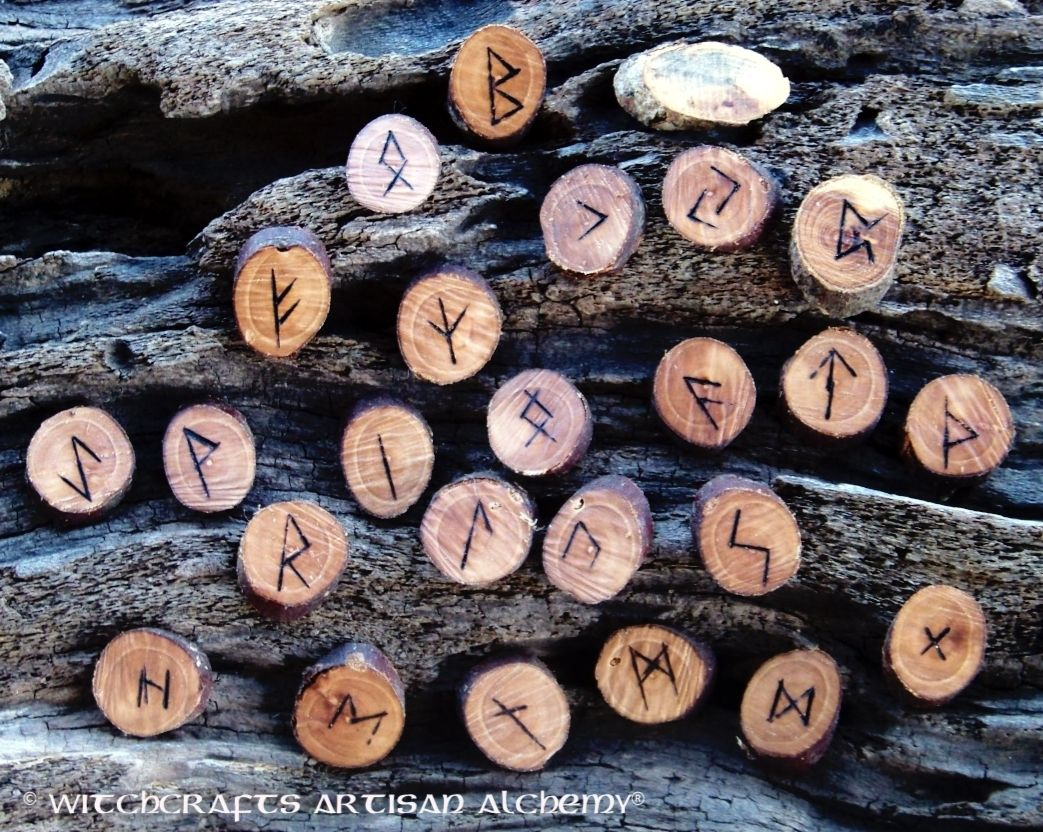 Elder Wood Rune Set With Pouch