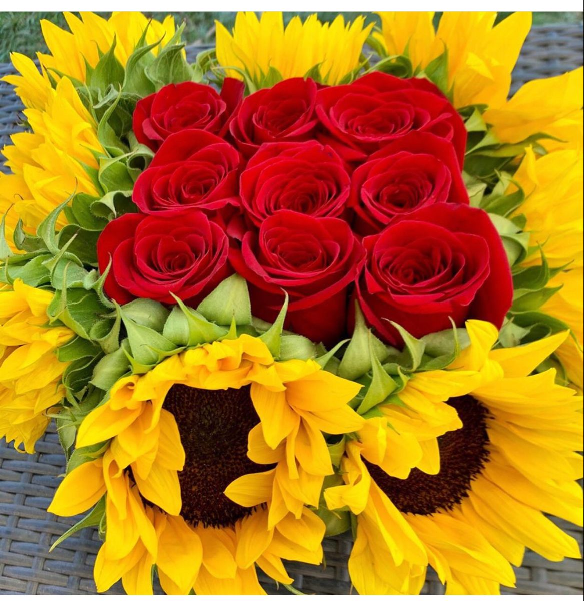 Sunflower And Rose Bouquet In 2020 Sunflower Centerpieces Wholesale Flowers Sunflower Delivery
