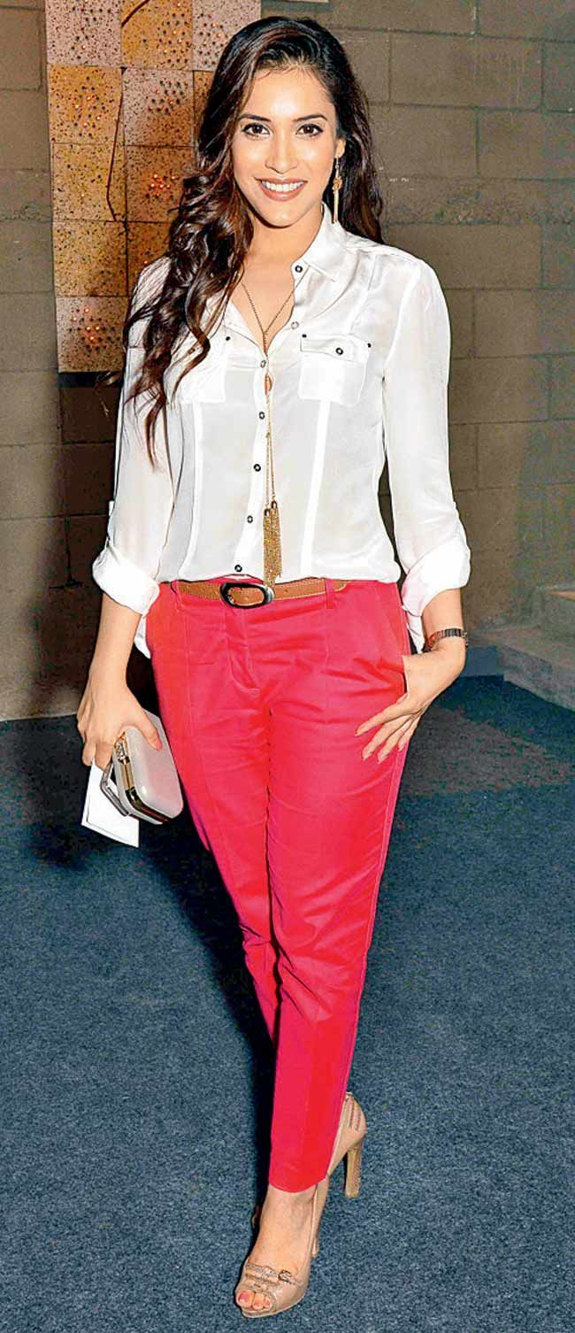 Rashmi nigam at the launch of an art gallery style bollywood