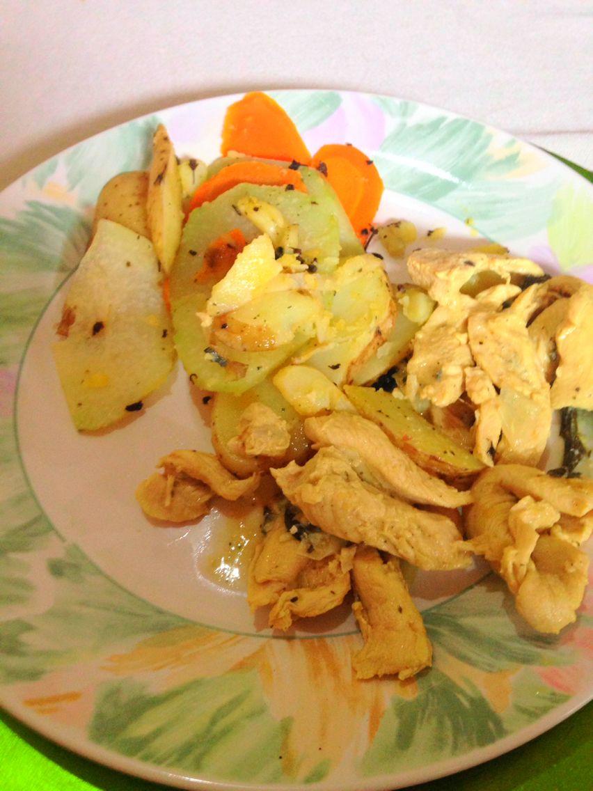 Tiras de pollo en vino tinto, acompañadas de verduras con orégano delicioso!!