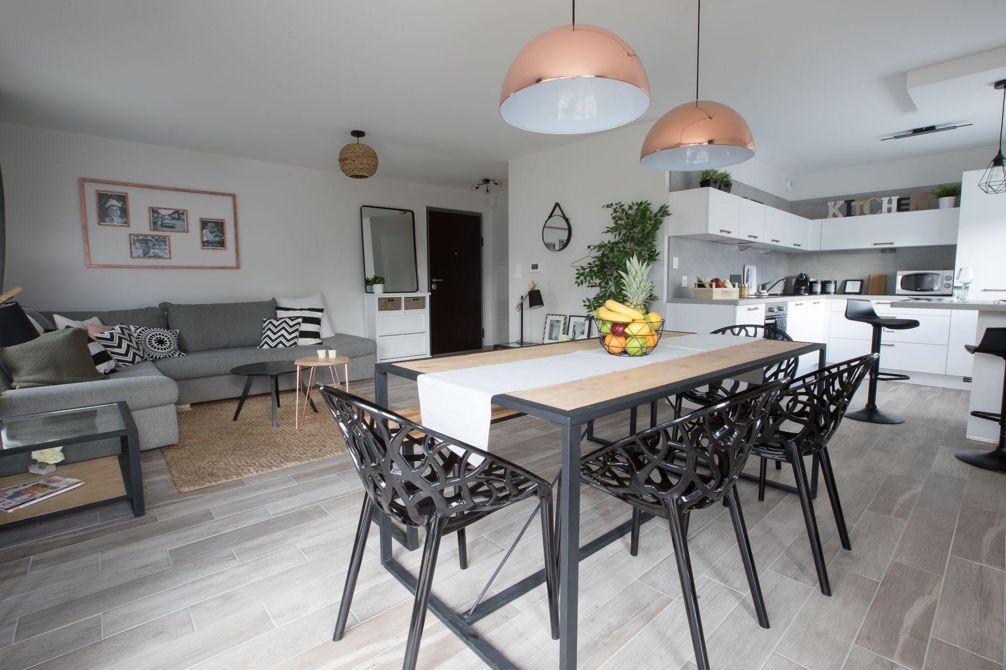 La grande pièce à vivre avec un salon/salle à manger harmonieux où